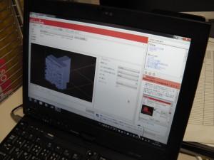 3Dプリンタ出力前のソフトウェア設定中